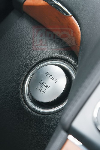 Mercedes и Audi оборудованы системой «бесконтактного зажигания»: для запуска двигателя достаточно нажать кнопку, не вынимая ключа из кармана. В BMW ключ обязательно нужно вставить в слот, а в Porsche — в замочную скважину, которая традиционно расположена слева от руля