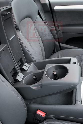 В переднем подлокотнике Audi, как и в заднем, два подстаканника